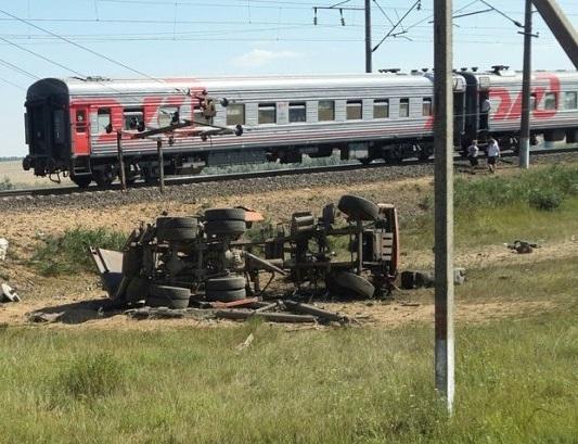 В столкновении поезда из Новороссийска и грузовика погибло два человека
