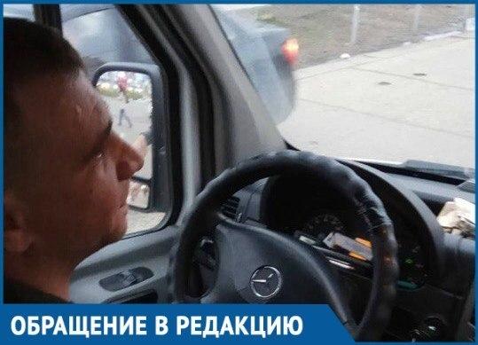 «Чё ты сюда села», - Водитель краснодарской маршрутки хамил и курил за рулем