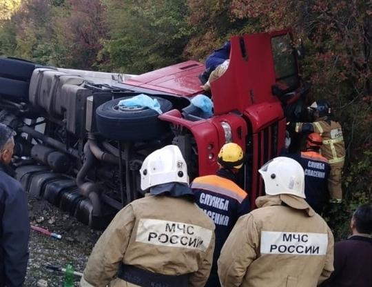 Водитель фуры оказался зажатым в кабине после ДТП на Кубани