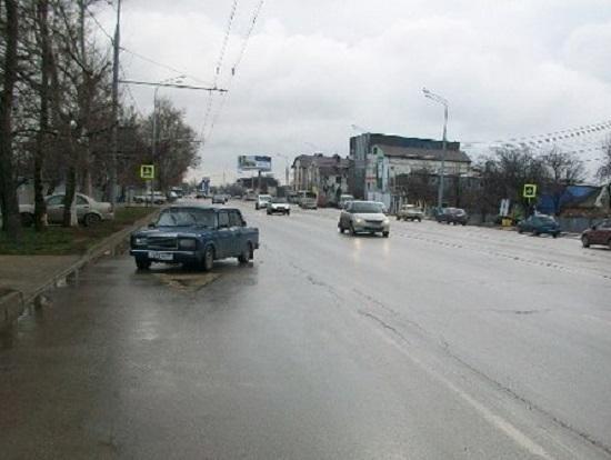 В Краснодаре под колеса машины попала 23-летняя девушка
