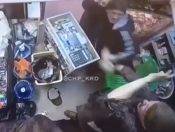 В Краснодаре мужчина избил бутылкой продавщицу киоска