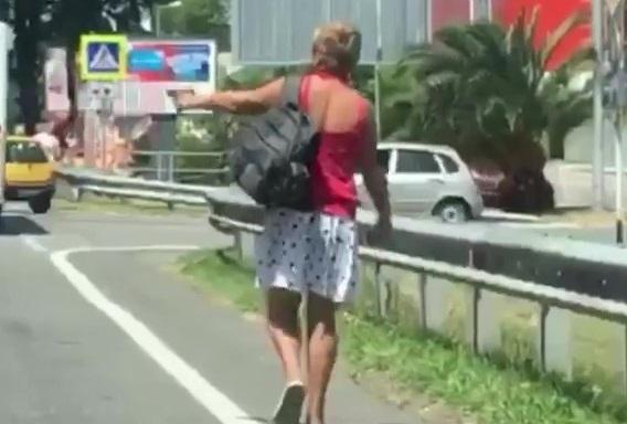 Женщина с пистолетом угрожала водителям в Адлере