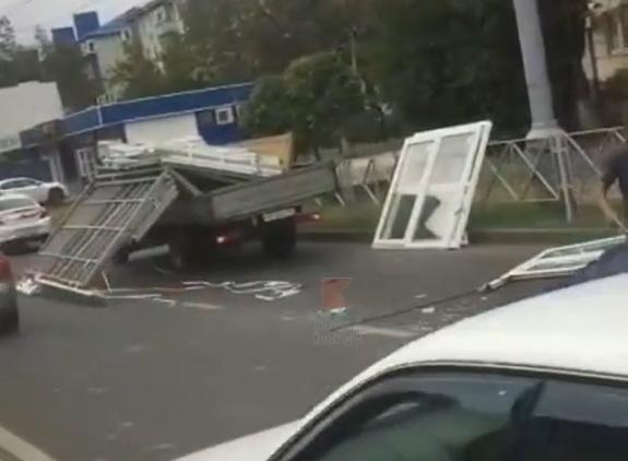 «Газель» с разбитыми окнами спровоцировала пробку в центре Краснодара