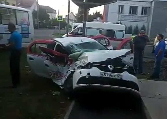 В Краснодаре ранним утром столкнулись такси и автобус