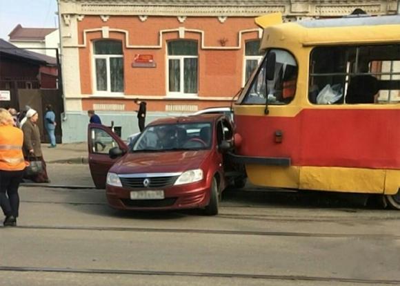 ВКраснодаре трамвай столкнулся слегковушкой