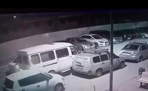 В Краснодаре «Газель» помяла припаркованное авто и скрылась