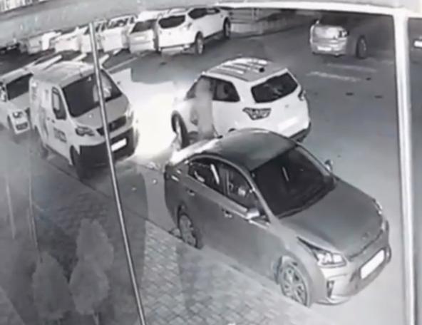 Мужчина с топором накинулся на машину, которая стала на «зебре» в Краснодаре