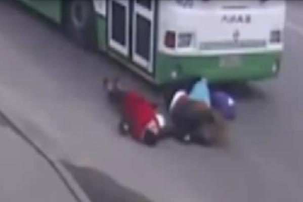 Видео со сбившим трех школьниц в Краснодаре автобусом попало в сеть