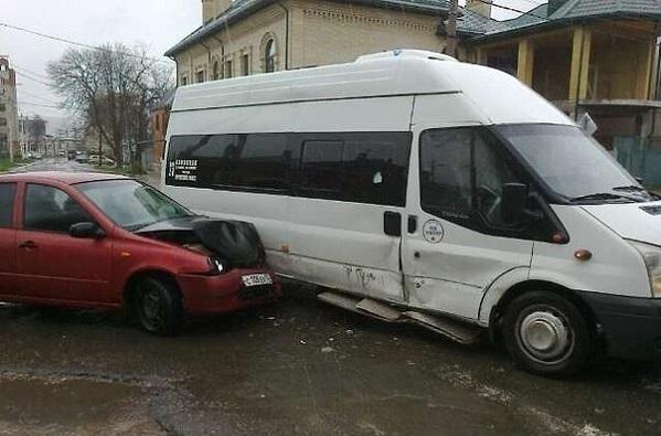 На Кубани на одном перекрестке столкнулись сразу несколько машин