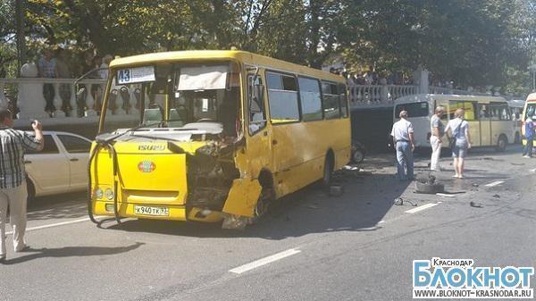 В Сочи пассажирский автобус попал в аварию