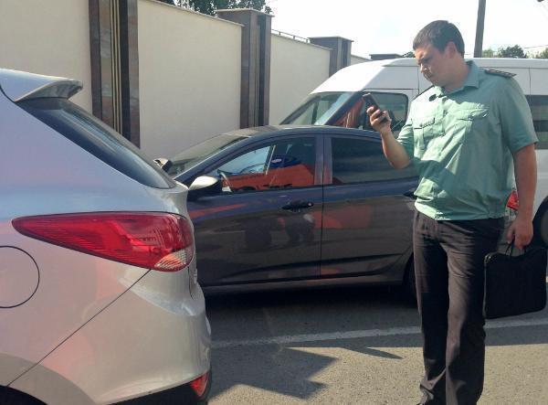 Судебные приставы Кубани начали искать должников на парковках торговых центров