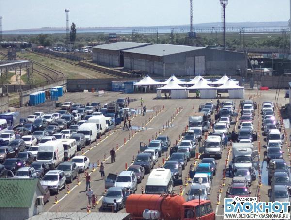В порту «Кавказ» на паром ожидают погрузки 730 автомобилей