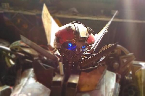Сварщик из Сочи сделал точную копию робота Бамблби из «Трансформеров»
