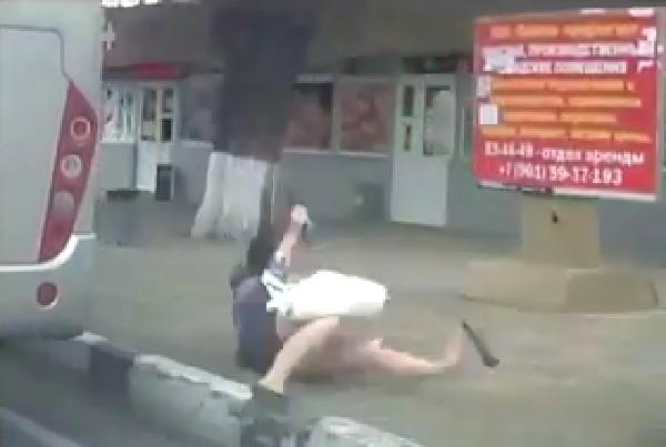 В Новороссийске видео с девушкой, выпавшей из маршрутки, попало в соцсети