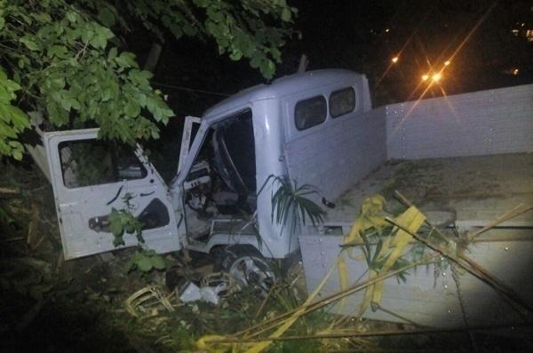 В Сочи в овраг провалился грузовик, водитель сбежал с места аварии