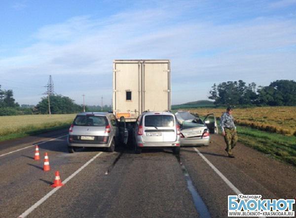 В Кореновском районе три машины влетели в большегрузный автомобиль