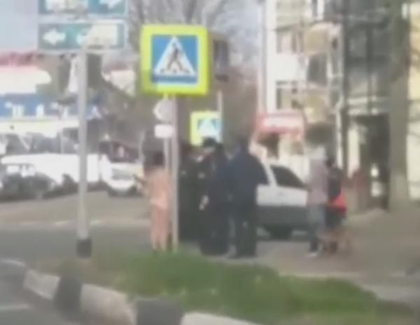 «Фу, смотреть противно»: голую женщину в центре Туапсе сняли на видео