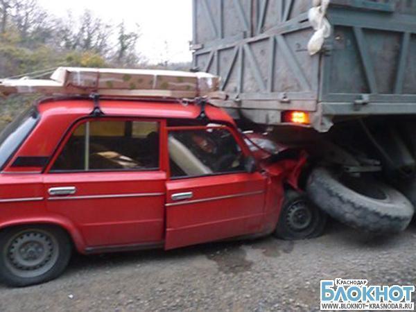 В Туапсинском районе водитель шестерки скончался при столкновении с «КамАЗом»