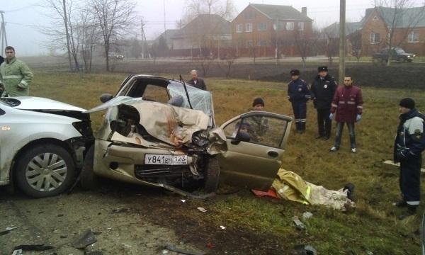 В Приморско-Ахтарске спасатели вызволяли из иномарок жертв аварии