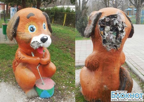 В Северском районе вандал изуродовал парковую скульптуру