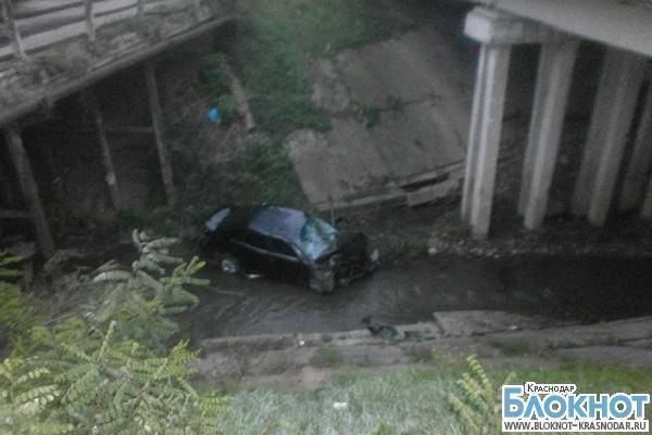В Краснодарском крае легковушка упала с моста