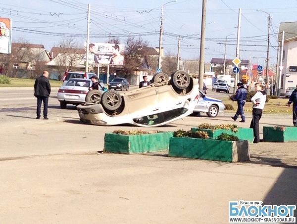 На оживленной улице Краснодара перевернулся Nissan Qashqai
