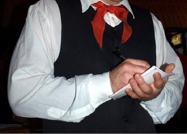 Официант украл телефон у посетительницы кафе в Новороссийске