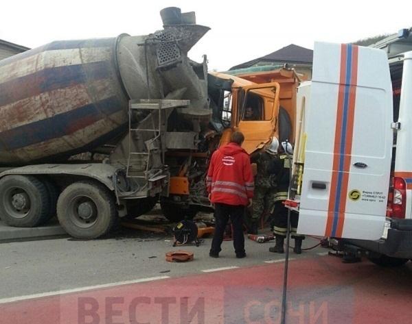 Массовое ДТП в Сочи: цементовоз столкнулся с двумя легковушками и грузовиком