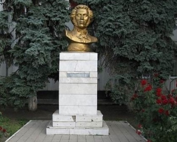 В центре Армавира убрали бюст Пушкину