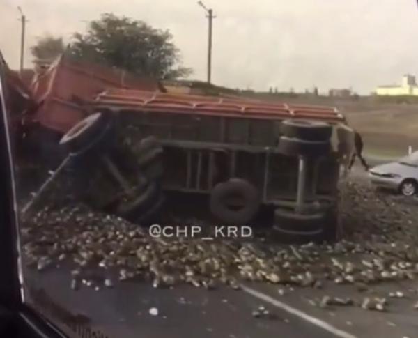 На Кубани водитель перевернувшегося «КамАЗа» сломал обе ноги