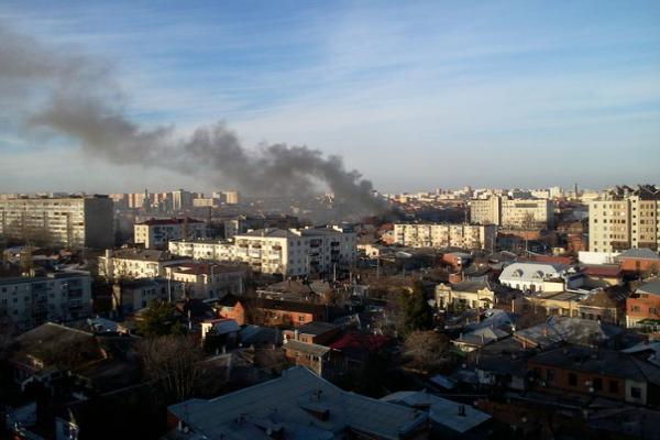 В центре Краснодара полыхает заброшенный частный дом
