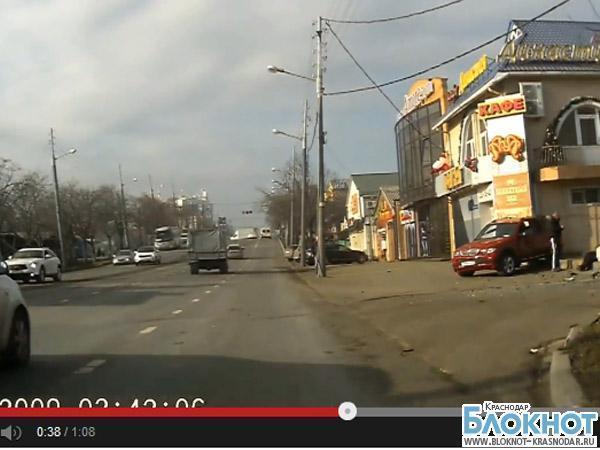 Краснодар: при столкновении автомобилей пострадал пешеход (видео)