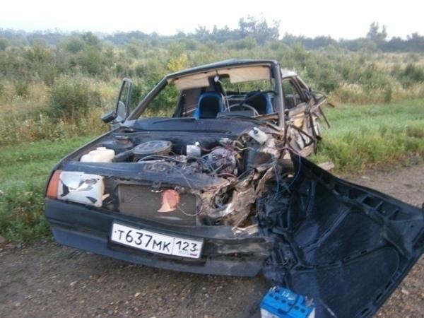 В Белореченском районе в результате аварии автомобиль вылетел с трассы и затонул