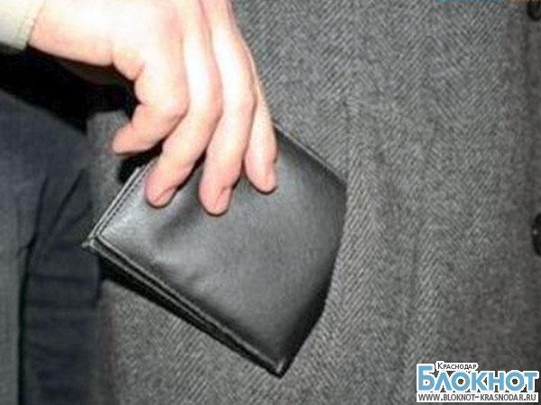 В Курганинске девушка украла деньги у подруги прямо в магазине