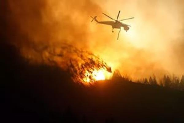 Пожар на Лысой горе в Сочи тушит вертолет МИ-8