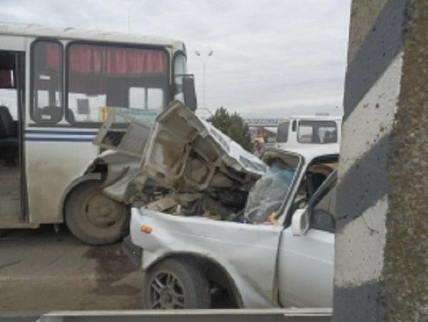 В Белореченском районе автобус столкнулся с «семеркой»