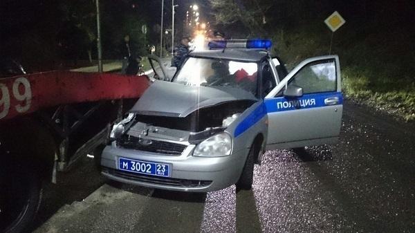 В Адлерском районе полицейская машина влетела в припаркованный эвакуатор