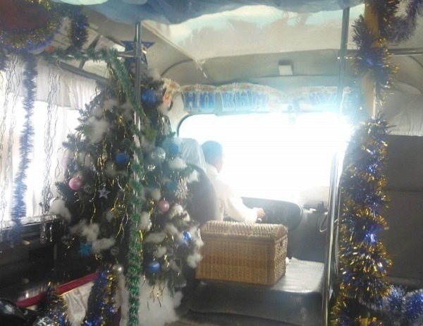 По Новороссийску ездит новогодняя маршрутка с елкой в салоне