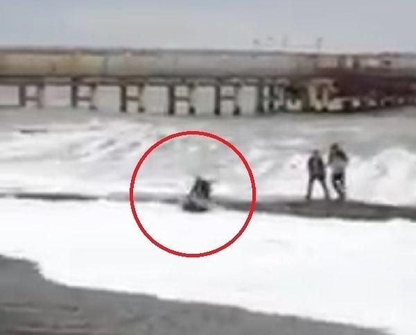 Очевидцы сняли на видео «чудесное спасение» утопающего в Сочи