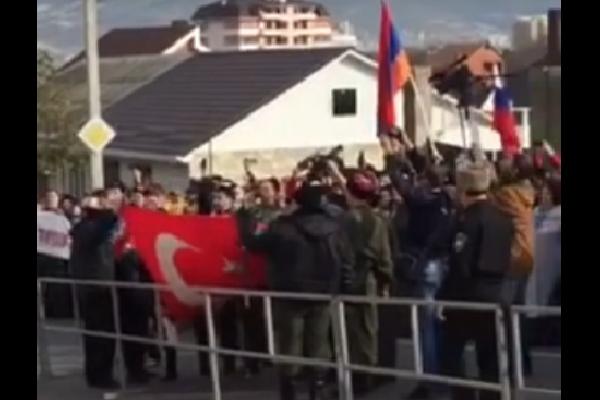 Жители Новороссийска забросали булыжниками посольство Турции