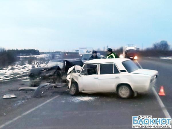 На трассе Апшеронск-Белореченск столкнулись два автомобиля