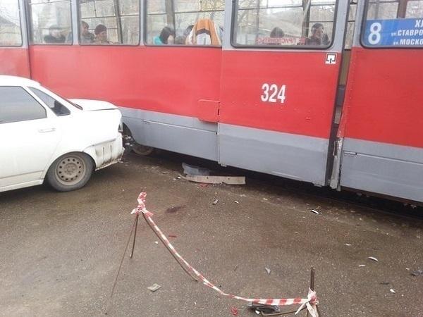 В Краснодаре легковушка врезалась в трамвай