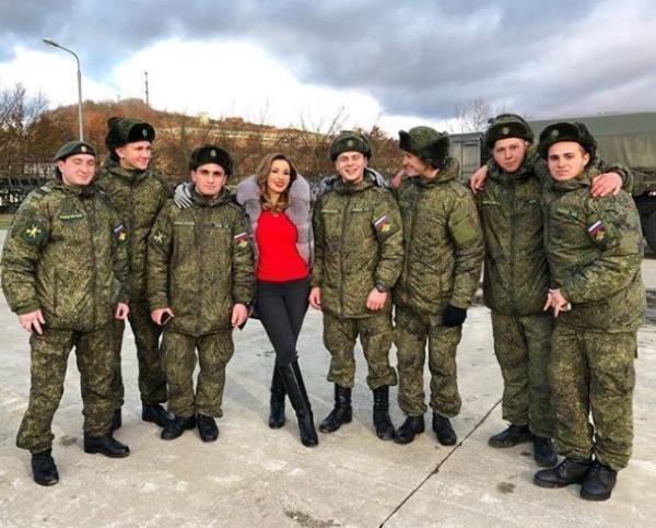 «Белоснежка и семь гномов»: Анфиса Чехова погостила у «вежливых людей» в Сочи