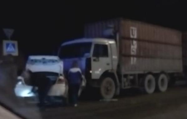 В ДТП на Кубани столкнулись три легковушки и «КамАЗ»: есть погибший