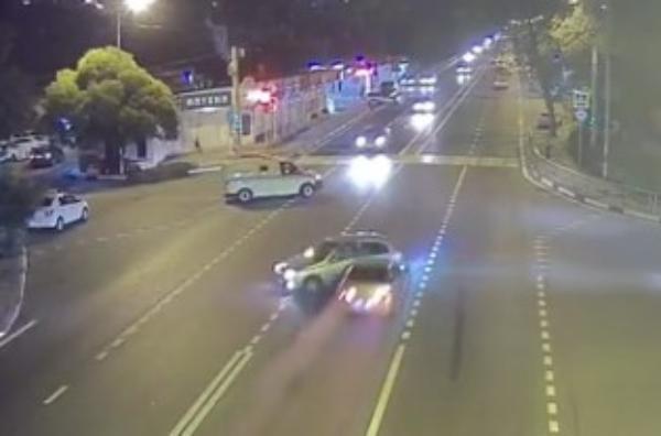 На «коварном перекрестке» в Сочи врезались и «эстетично» разъехались два автомобиля