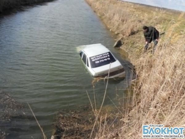 В Красноармейском районе парень упал в канал на угнанном автомобиле
