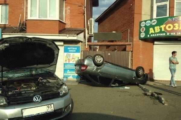 В Краснодаре от удара с легковушкой «Приора» перевернулась на крышу