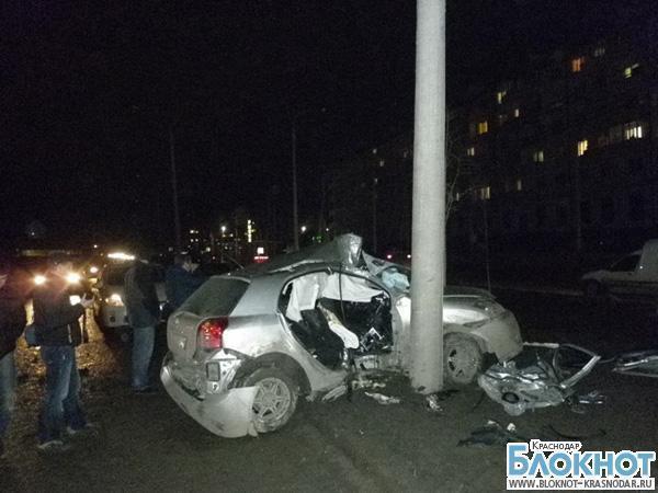 В Краснодаре девушка въехала в уличный фонарь — трое травмированы