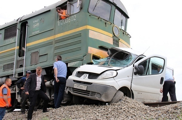 На Кубани чудом остался жив водитель иномарки, которую переехал поезд