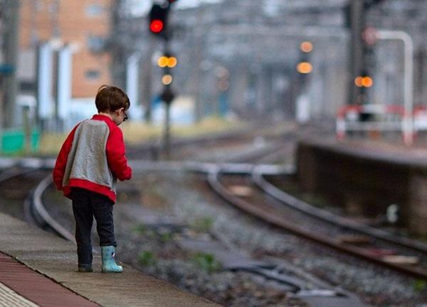 Дети устроили опасные игры на железной дороге в Сочи